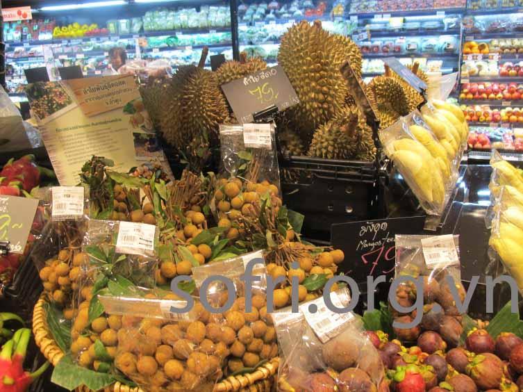 Sầu riêng và nhiều loại trái cây khác được bày bán trong siêu thị ở Khon Kaen, Thái Lan