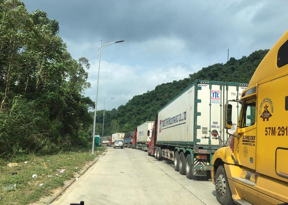 Ùn tắc trên cửa khẩu kéo dài do việc kiểm soát dịch bệnh chặt chẽ - Ảnh: N.K