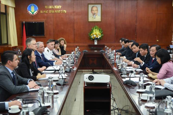 Bộ trưởng Bộ NN-PTNT Lê Minh Hoan làm việc với Đại sứ Mỹ tại Việt Nam Daniel Kritenbrink chiều 13/4. Ảnh: Tùng Đinh.